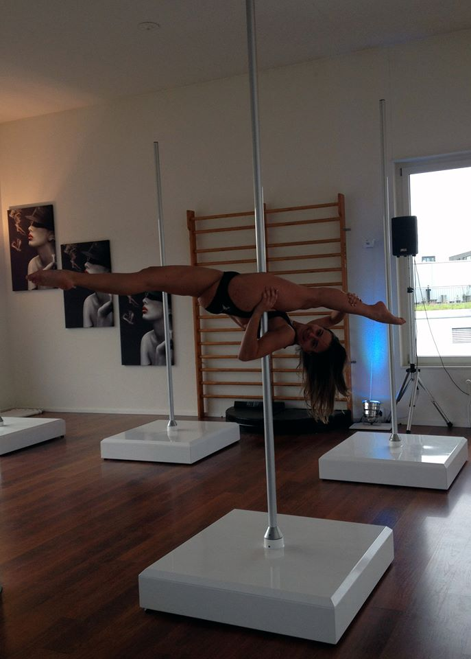 PoleDanceSplit_LauraVigna